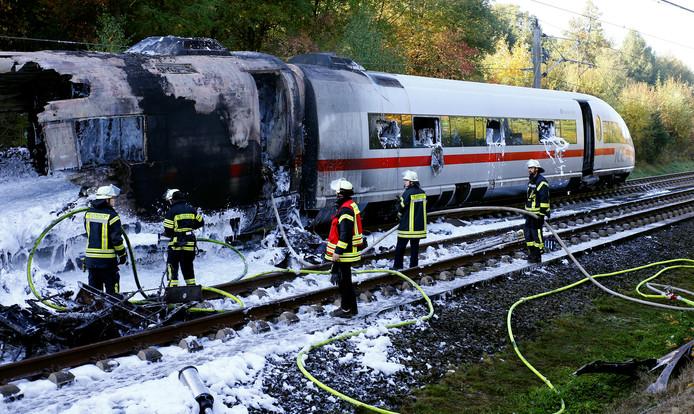 De felle brand legt een treinstel volledig in de as.