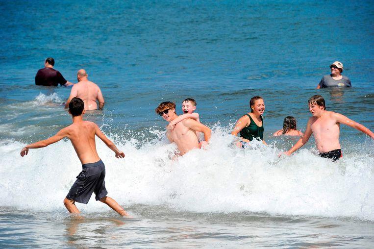 Kinderen ravotten in het water in Hampton, New Hampshire.