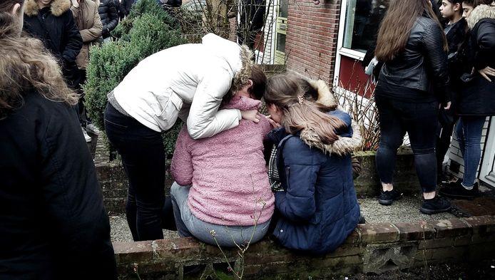 Scholieren en vrienden in Enschede bij de woning van de Turkse jongen Onur.