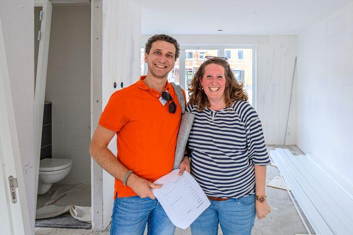 Sander Bruijs en Natasja Bras komen een kijkje nemen. Op 1 oktober kunnen zij intrekken in hun nieuwe woning.
