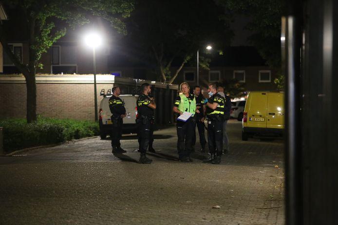 Politie doet onderzoek in de Pizarrostraat in Den Bosch na de schietpartij.