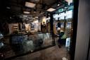 Relschoppers richtten veel schade aan aan de Jumbo-supermarkt op het station.