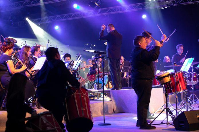Harmonie Wilhelmina bestaat 100 jaar en dat werd gevierd in de Jacobahallen met 'Vrienden van Wilhelmina Live'. Leden van de band Baby Blue speelden met Harmonie Wilhelmina.