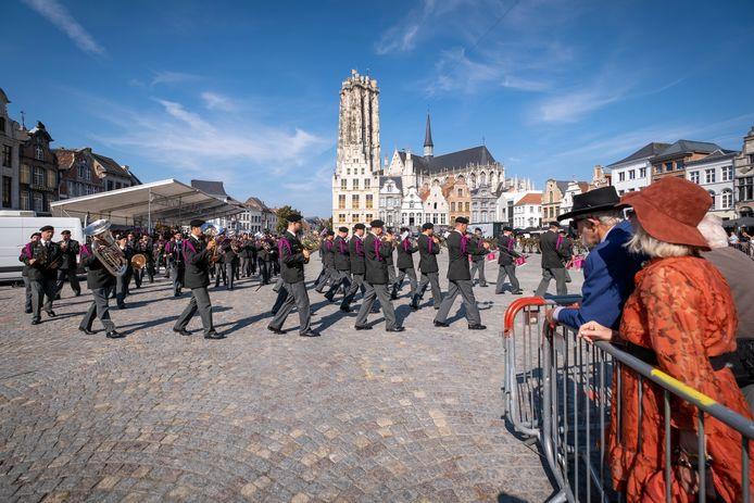 Op de Grote Markt vond een militaire parade plaats.