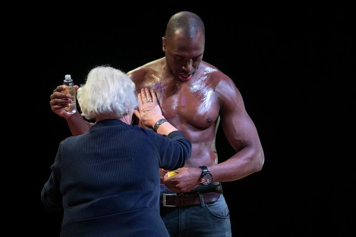 Brunswijk betrok het publiek af en toe bij de voorstelling. Deze bezoekster smeerde hem op zijn verzoek in met olie.