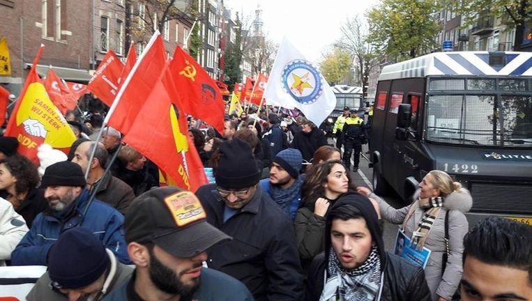 Een betoger met een bord tegen de Turkse president Erdogan is opgepakt. Beeld Murat Sekercan