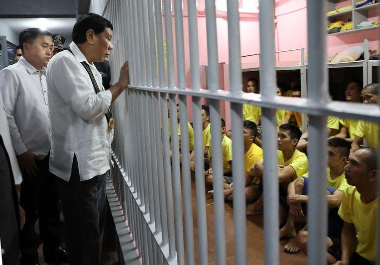 De Filipijnse president Duterte bezoekt een gevangenis. Deze foto is door een van Dutertes fotografen gemaakt een verspreid. Beeld epa