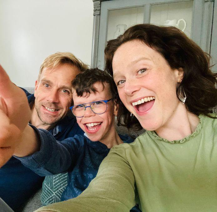 Moeder Maud Meijer-Wilms samen met haar man Robbert-Jan en zoon Arje voor wie Maud hoopt dat hij volgend school seizoen naar het regulier voortgezet onderwijs kan.