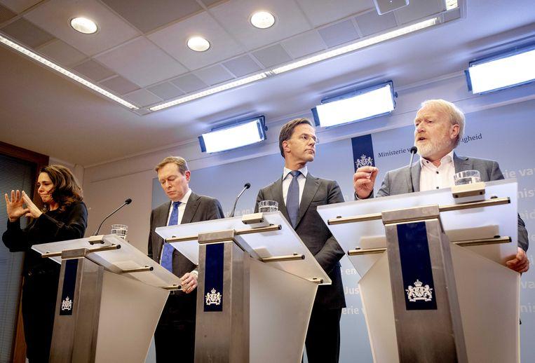 12 maart 2020: van anderhalve meter afstand is nog geen sprake tijdens de persconferentie van minister Bruins (naast Irma Sluis), premier Rutte en Jaap van Dissel van het RIVM. Beeld ANP