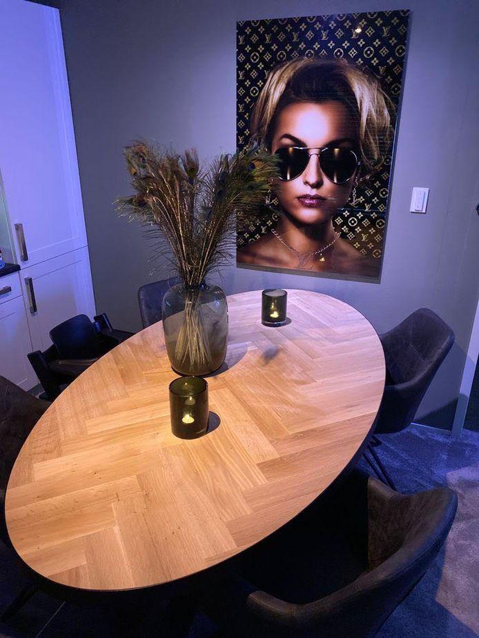 Een ovalen tafel met visgraatpatroon.
