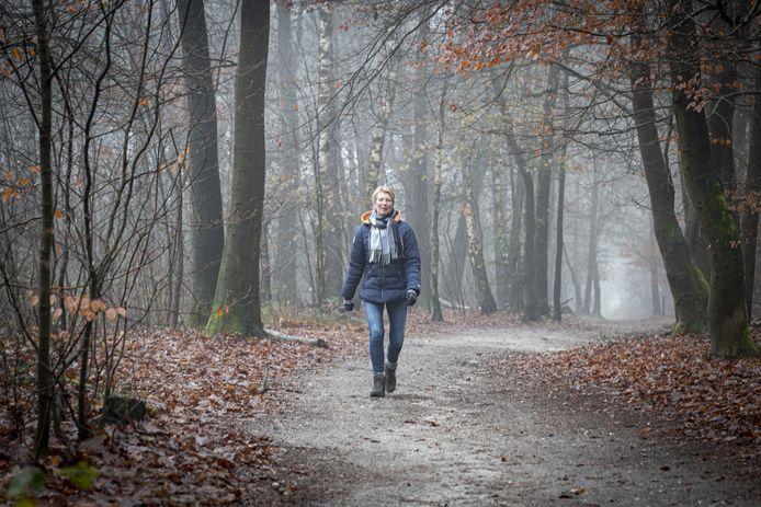 """Eleonore Wolterink helpt mensen die in een rouwproces zitten door samen met hen te wandelen. """"Een arm om je schouder kan zo helpen. En vooral praten met iemand die je begrijpt."""""""