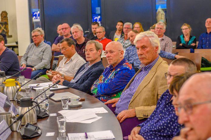 Diverse belangenorganisaties tijdens de grote rondetafelconferentie over arbeidsmigranten. Op de foto Arie van den Berg (Actiegroep Dinteloord tegen MEGAwindmolens, in gestreepte blouse) en Leon Aanraad (Werkgroep Behoud Leefbaarheid Dinteloord, links van van den Berg).