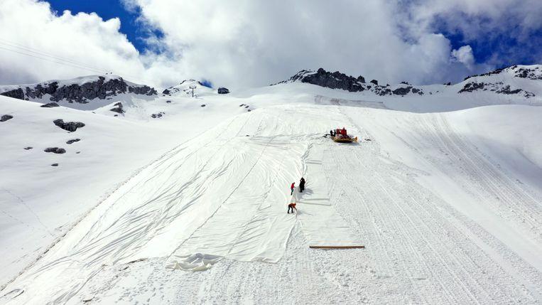 In totaal wordt 100 duizend vierkante meter ijs ingepakt met een speciaal type geotextiel. Beeld AFP