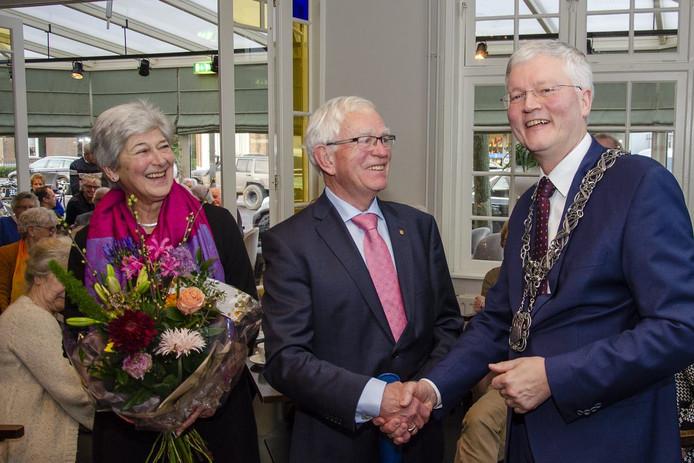 Frans Goossens ontvangt de Gouden Speld van burgemeester Weterings.