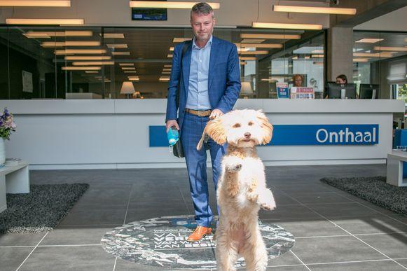 Extern adviseur Mario met zijn enthousiaste hond Giulia.