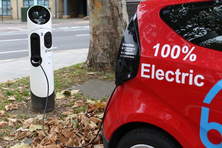 Een elektrische auto is aan het opladen. Beeld Photo News