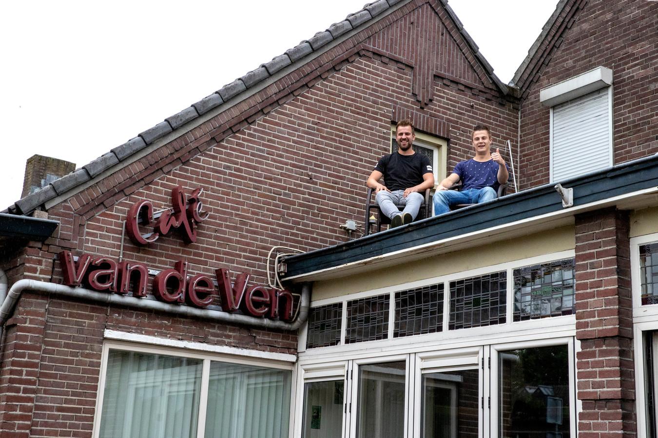 Hein van de Pas en Niek van Rooij gaan dakzitten bij café Van de Ven.