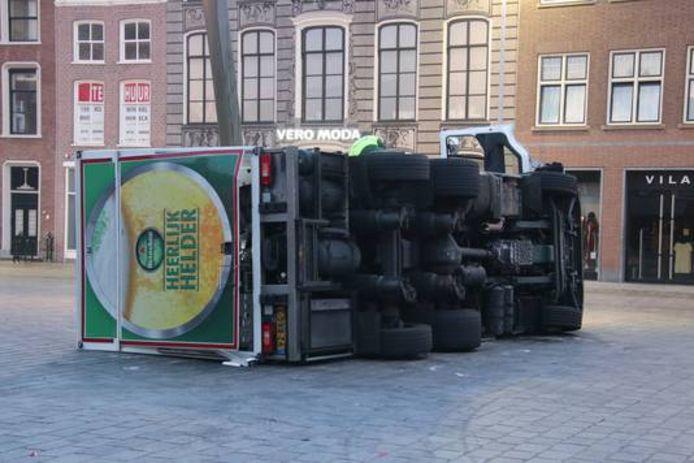 De gekantelde truck op de Markt in Goes