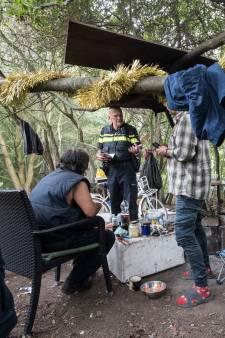 Politie ontruimt 'bosje van schaamte' met dakloze arbeidsmigranten in Tiel: 'Gevaarlijk en onmenselijk'