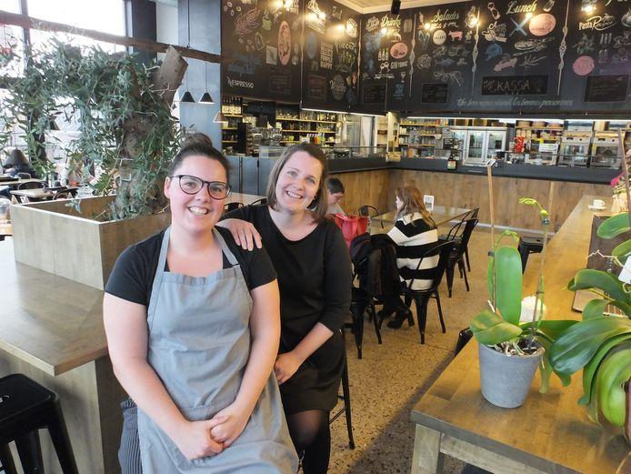 Elisabeth Boterdaele (rechts) met haar zus Charlotte in Grand Café.