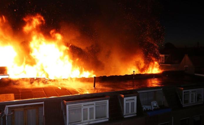 De vlammen kwamen uit het dak en de voorkant van het pand.