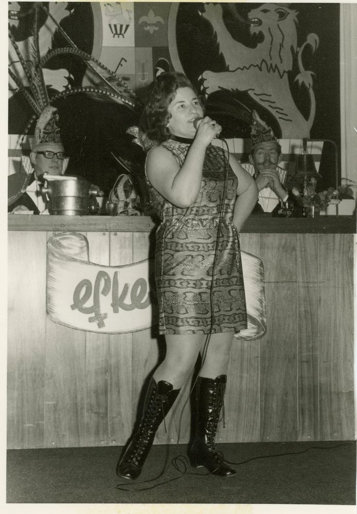 Netje Berndzen-Kniest tijdens een optreden begin jaren zeventig bij de pronkzitting van 'd Olde Waskupen. Ze nam als zangeres gedurende 12,5 jaar onafgebroken deel aan de pronkzittingen.