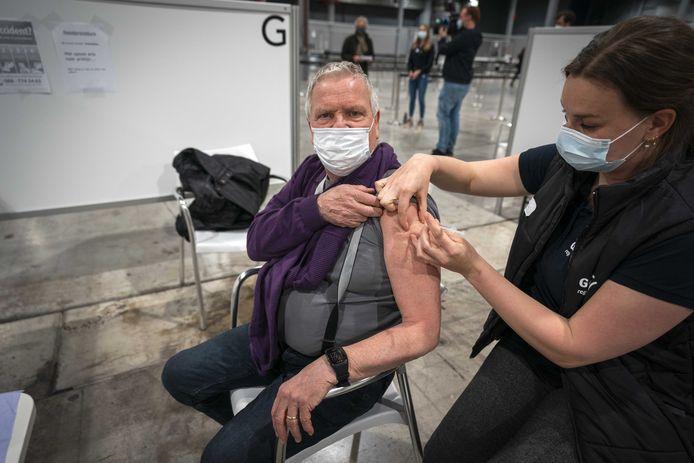 Mensen worden gevaccineerd in de Jaarbeurs in Utrecht.