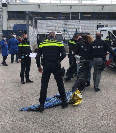 Klimaatactivisten bezetten terrein FrieslandCampina, politie arresteert de betogers