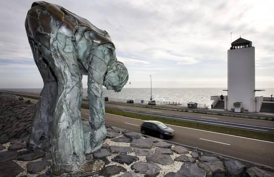 Een standbeeld op de Afsluitdijk
