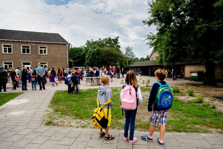 f58534c6a3b Een vol schoolplein op de eerste schooldag na de zomervakantie. 'Een school  wordt een anti-pestschool doordat álle juffen en meesters op één lijn zitten .