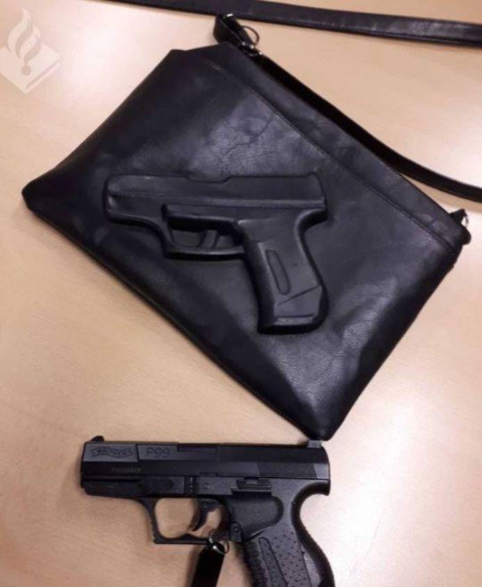 Op de foto is de tas te zien met daaronder het vuurwapen van de politie ter vergelijking.