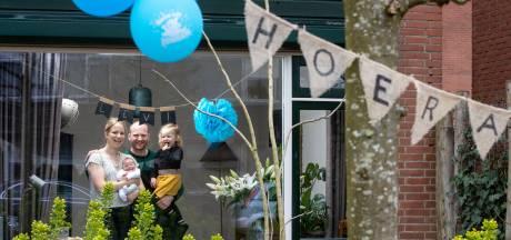 Tranen van geluk bij kersverse ouders: buurt versiert straat om kleine Levi te verwelkomen