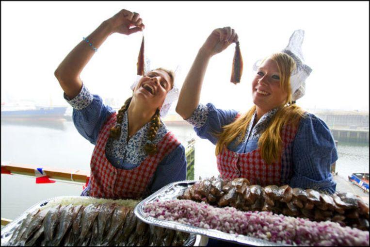 Twee haring dames testen de Hollandse Nieuwe. Foto: Robin Utrecht/ANP Beeld