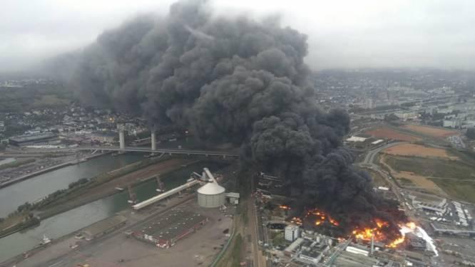 """Important incendie sur un site classé Seveso à Rouen: risques d'un """"sur-accident"""" et de pollution"""
