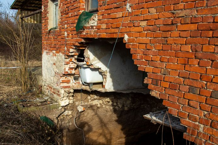 In en rond het dorp Mececani in Kroatië verschijnen meerdere zinkgaten na de dodelijke aardbeving van december.