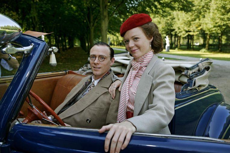 Hylke van Sprundel als Prins Bernhard en Marieke de Kleine als Juliana in de 4-delige dramaserie Juliana. Beeld ANP