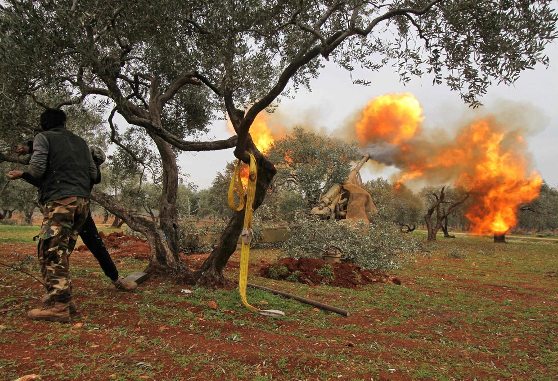 Turkije claimt 309 soldaten vanAssad te hebben gedood. Syrische rebellen vechten in Idlib door tegen het Assad-regime. Beeld AFP