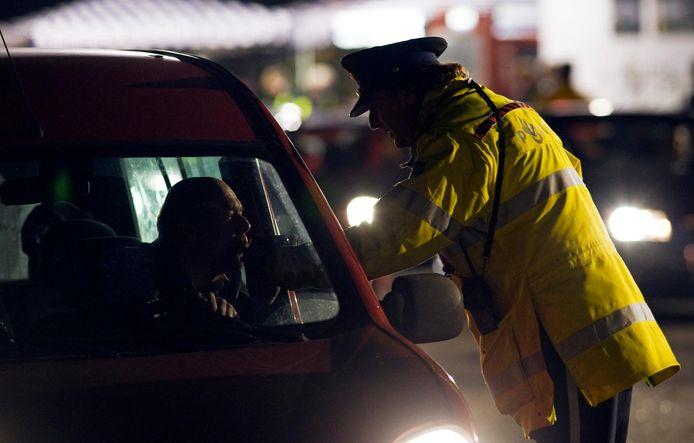 Een automobilist moet blazen tijdens een controle