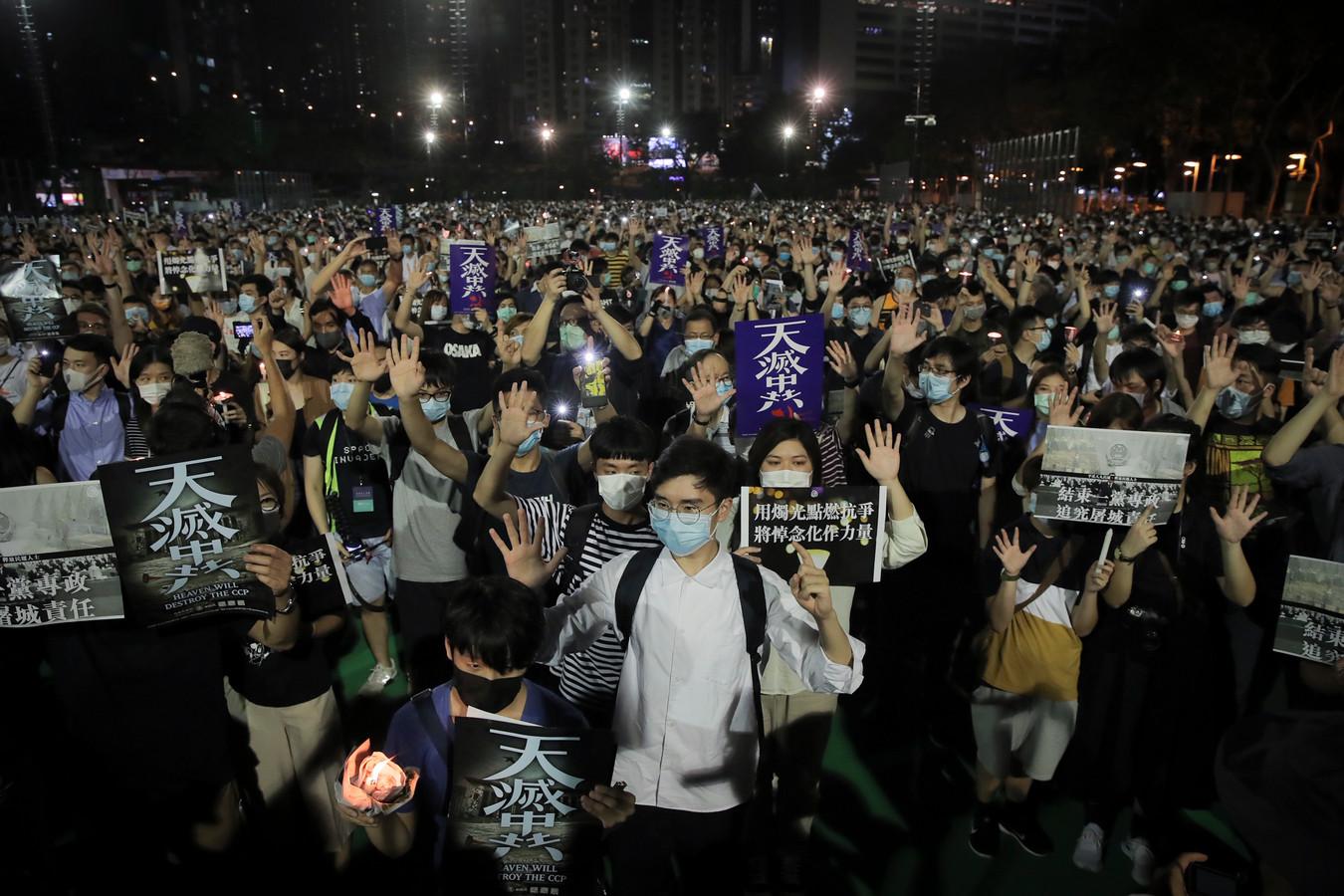 Donderdag kwamen mensen bijeen in Victoria Park in Hongkong voor de jaarlijkse herdenking van het neerslaan van de demonstraties op het Plein van de Hemelse Vrede.