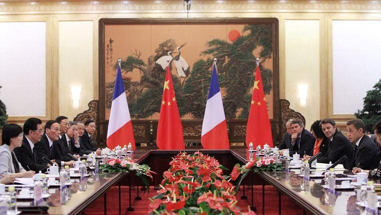De Franse president Sarkozy (r) bezocht in augustus zijn Chinese collega Hu Jintao in Peking. Onderwerpen van gesprek waren toen de opstand in Libië en de eurocrisis. © EPA Beeld