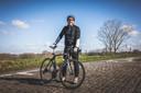 """Jeroen De Backer (44) uit Oosterzele zal morgen voor tv zitten, en overmorgen ook. """"Ik ben al heel mijn leven gepassioneerd door de koers. En mijn dochter Noor (10) nu ook: ze wou dit jaar absoluut haar eigen racefiets."""""""