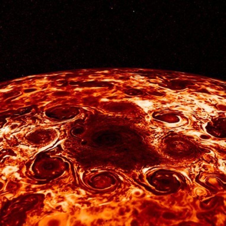 Op de noordpool van Jupiter bevindt zich een cycloon, omringd door acht andere cyclonen.  Beeld EPA
