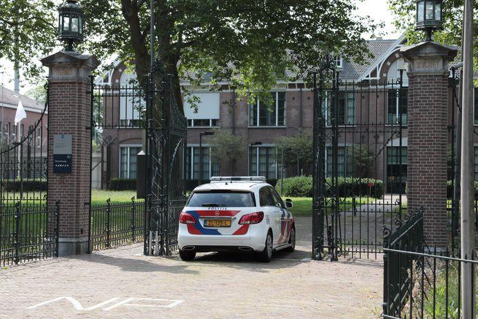 De politie doet onderzoek naar een steekpartij bij Centrum voor Transculturele Psychiatrie Veldzicht in Balkbrug.