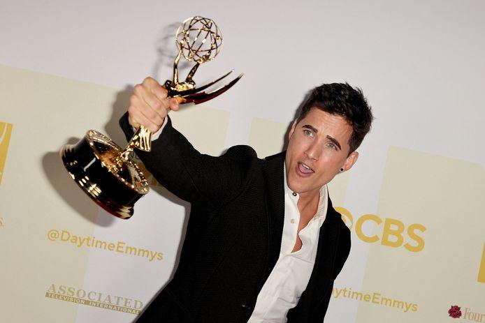 Mike Manning poseert met zijn award beste bijrol in 'The Bay'.