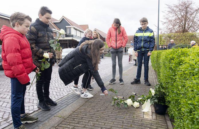 Leerlingen van De Keikamp leggen bloemen bij de Stolpersteine aan de Esweg, voor de Joodse familie Meijers.