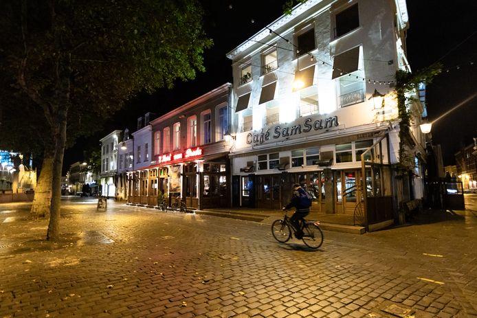 Een vrijwel lege Grote Markt in Breda. Horecazaken zijn gesloten.