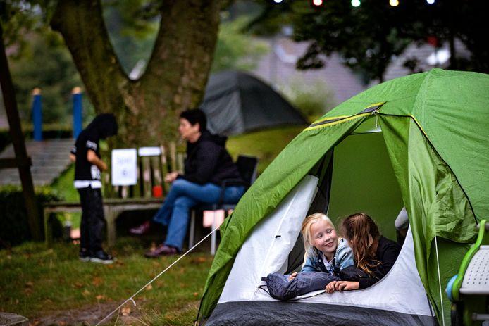 Kinderen mogen een nachtje kamperen in speeltuin 't Zonnehoekje in Gemert.