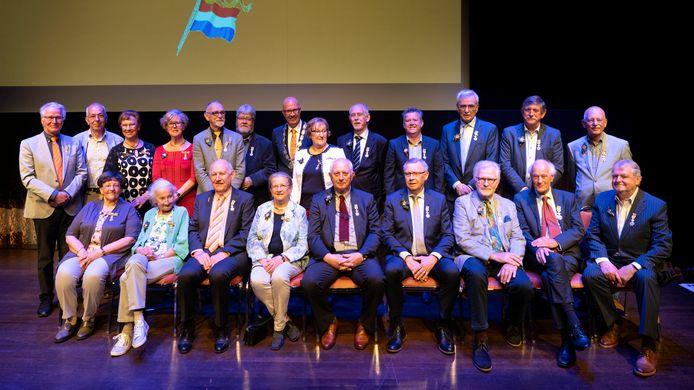 Burgemeester Jack Mikkers temidden van de 21 gedecoreerden in Den Bosch.