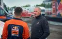 Organisator Ebert Dollevoet in gesprek met een lid van het team van KTM.