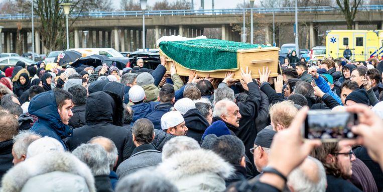Gebed voor Humeyra op het plein voor de Mevlana Moskee in Rotterdam. Humeyra werd op 16 jarige leeftijd doorgeschoten op haar school. Beeld Jan Kok | Boomerang Fotografie